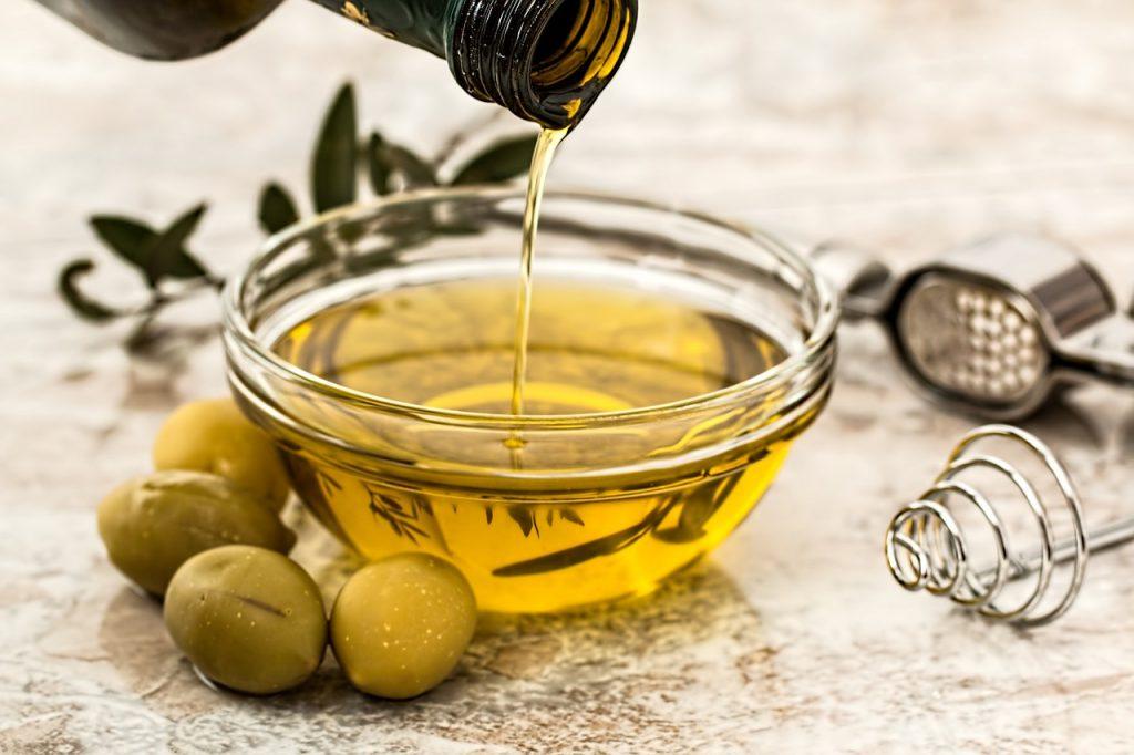 Wysokiej jakości oliwa z oliwek (ta sama, którą masz w kuchni) świetnie sprawdzi się do włosów (fot. pixabay)