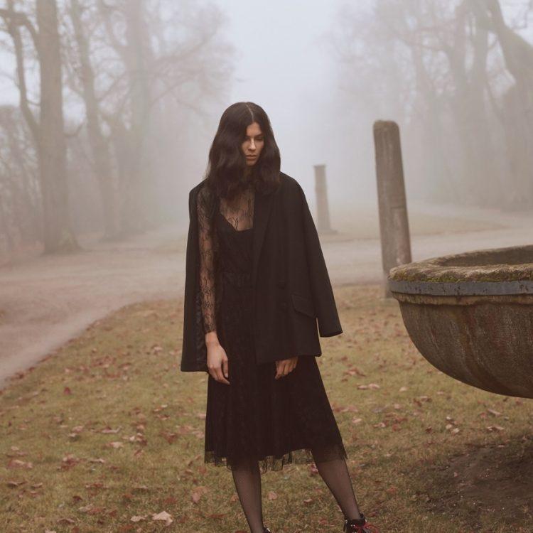Czarna sukienka w koronkowej wersji (zdj. Zaquad)