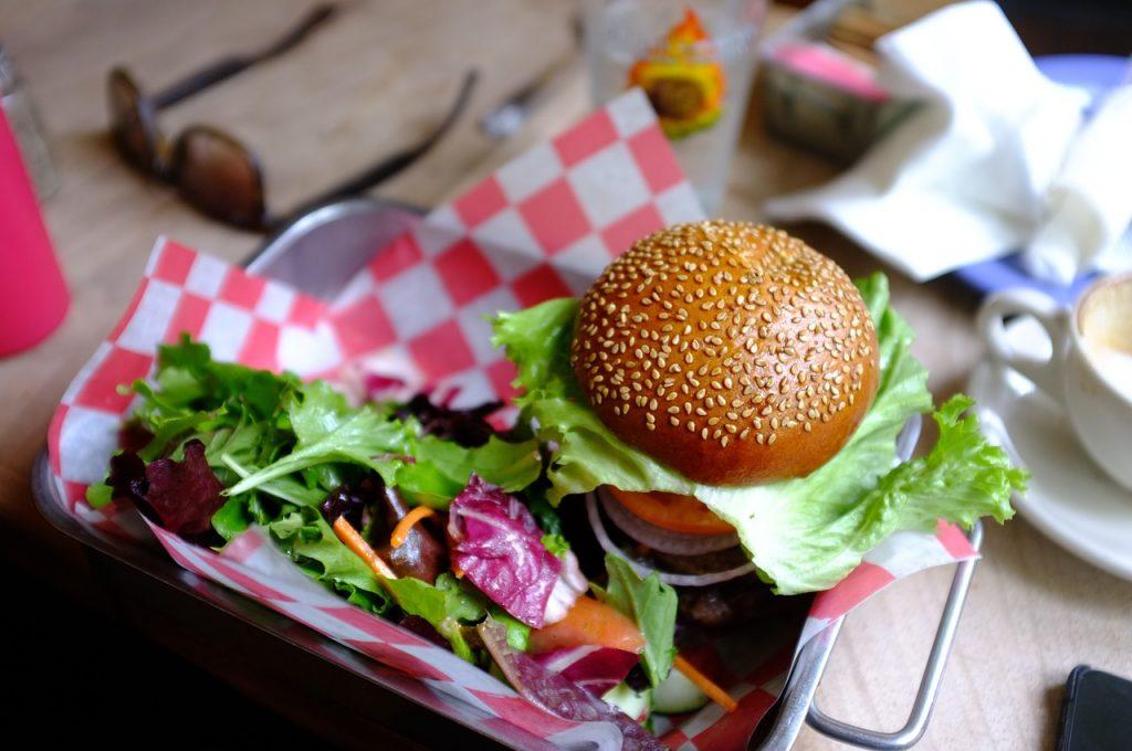 Vege dieta wcale nie musi oznaczać wyrzeczeń - wegański burger i sałatka (fot. pexels.com)