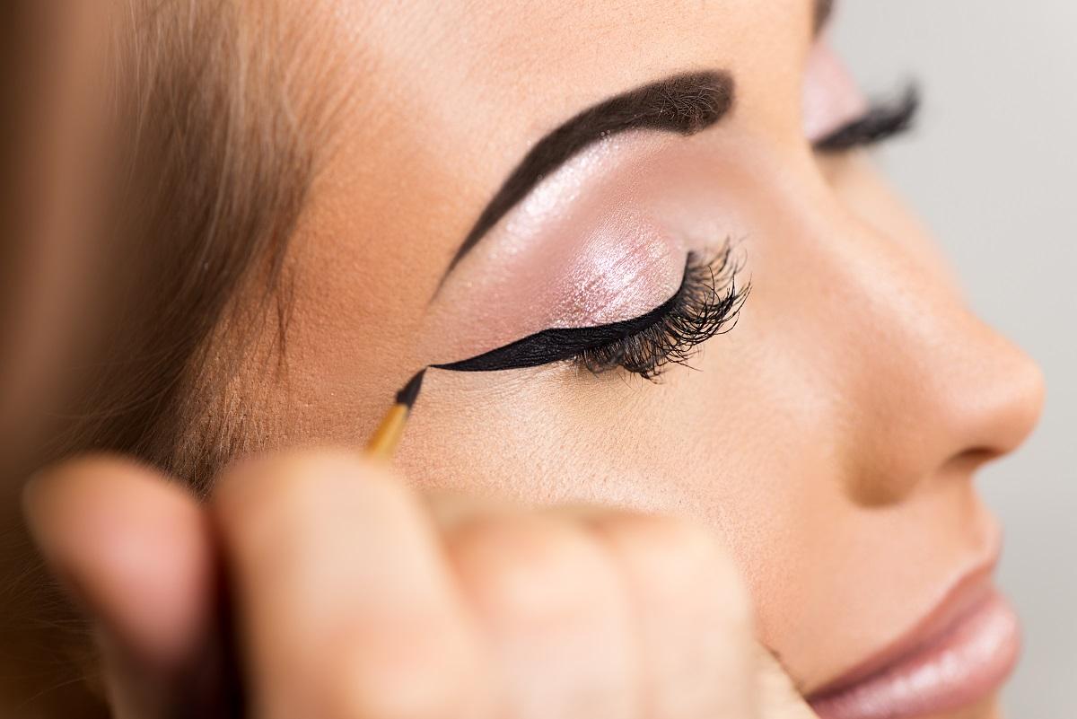 Jak narysować kreskę eyelinerem?