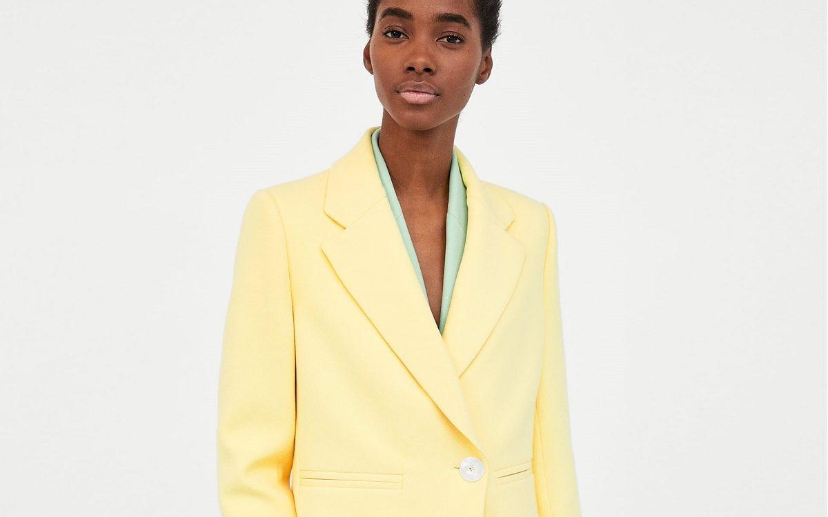 Jakie dodatki do żółtego płaszcza?