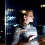 Niebieskie światło smartfona i laptopa szkodzi Twojej cerze! Znacznie bardziej, niż UVA czy UVB
