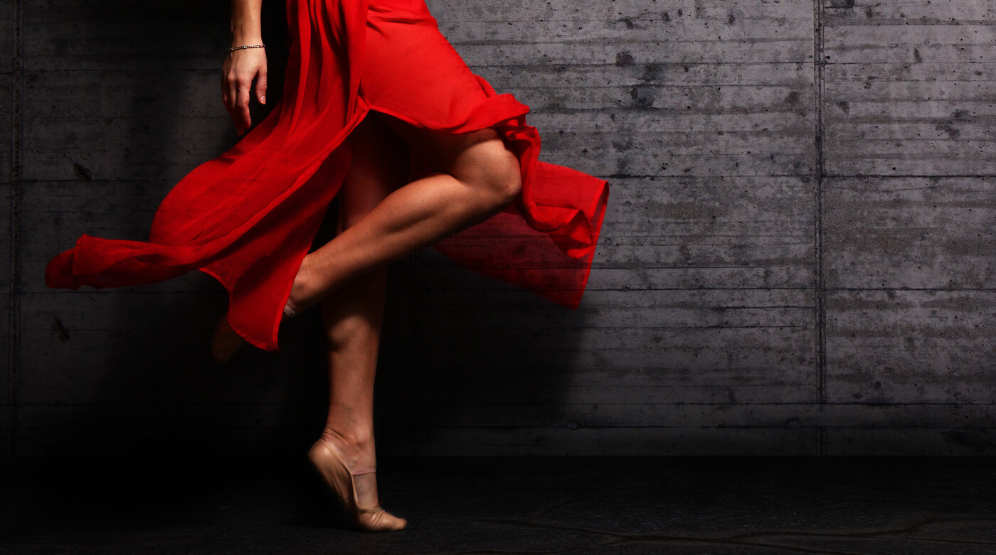 Czerwona sukienka: Jakie dodatki?