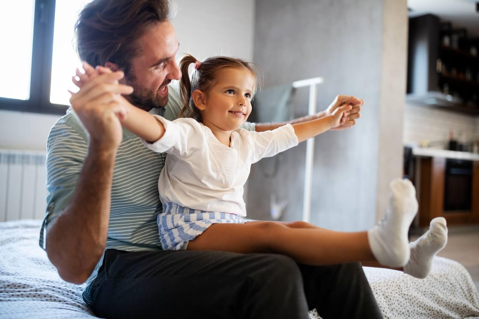 Tata na odległość: Jak ułożyć relacje z dzieckiem po rozwodzie?