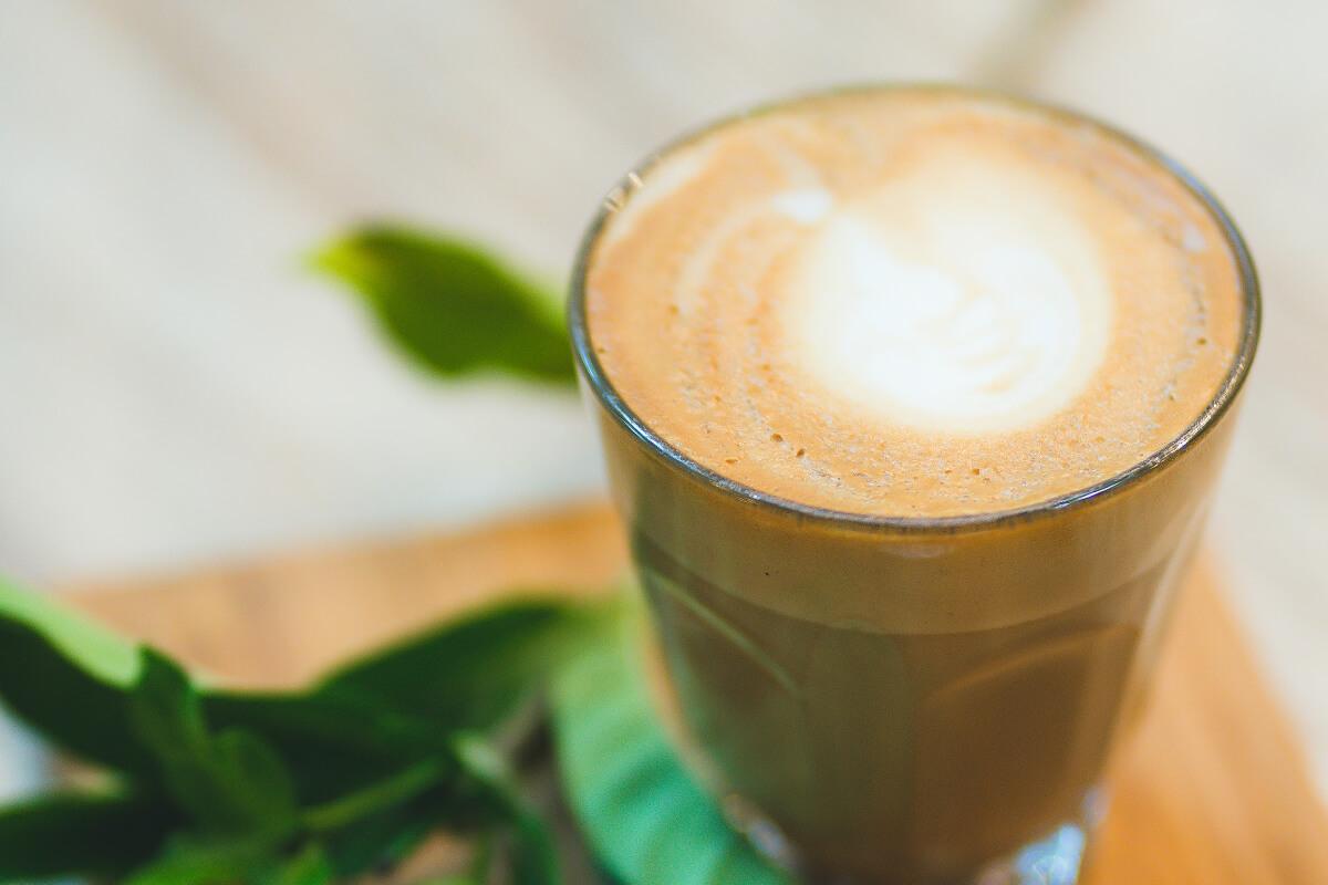 Kawa kuloodporna – jak działa i czy warto ją pić?