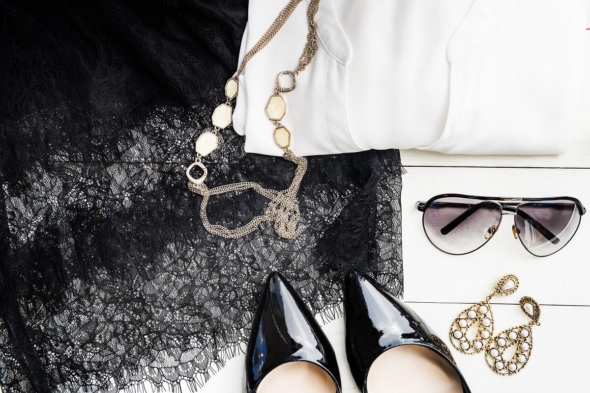 Jak wybrać dodatki do czarnej sukienki?