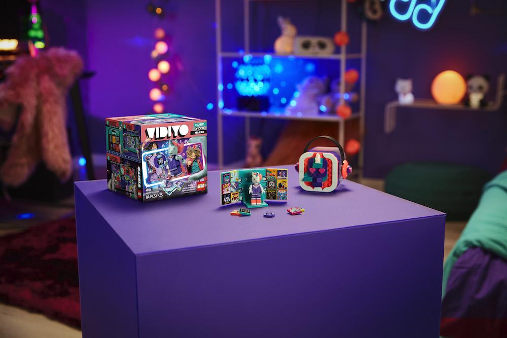 Pierwsza w historii minifigurka LEGO, która podpisała kontrakt muzyczny
