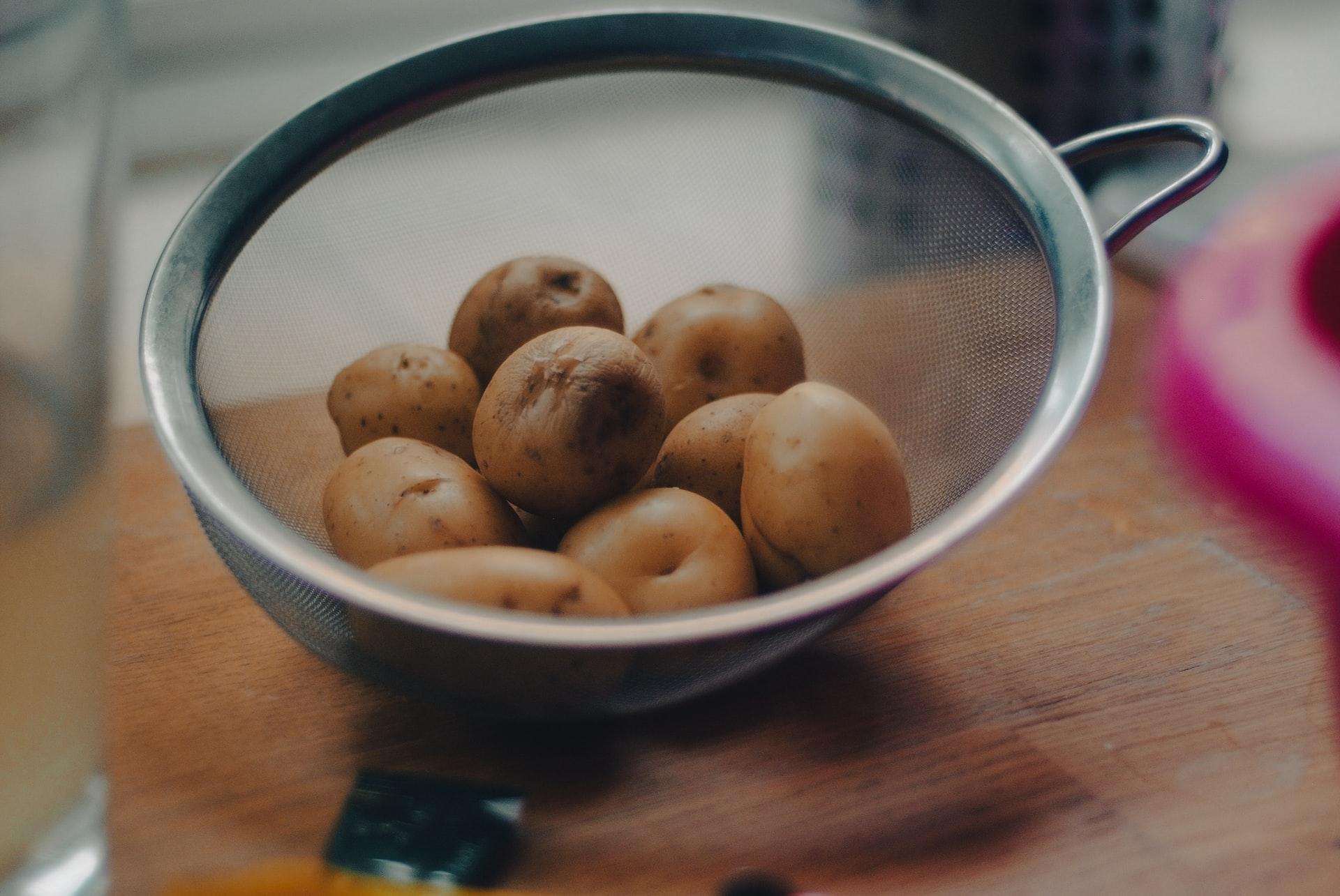 Jak gotować młode ziemniaki?